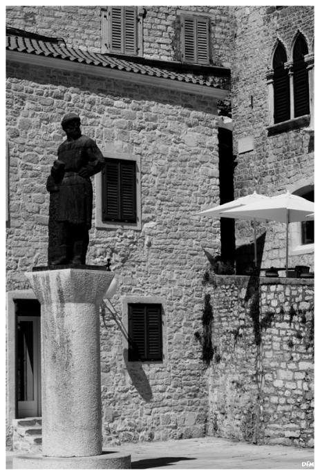 Placeta amb estatua