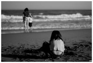 Jugant amb la sorra de la platja