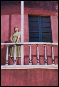 Noia al balcó